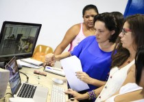 Exercício de montagem com acompanhamento da professora Marcia Medeiros, editora e diretora. Fotos: Ratão Diniz
